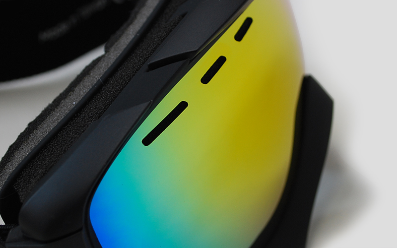Lens ventilation on the Mariener Mountain Snow Goggle with a Spherical Rainbow Lens.